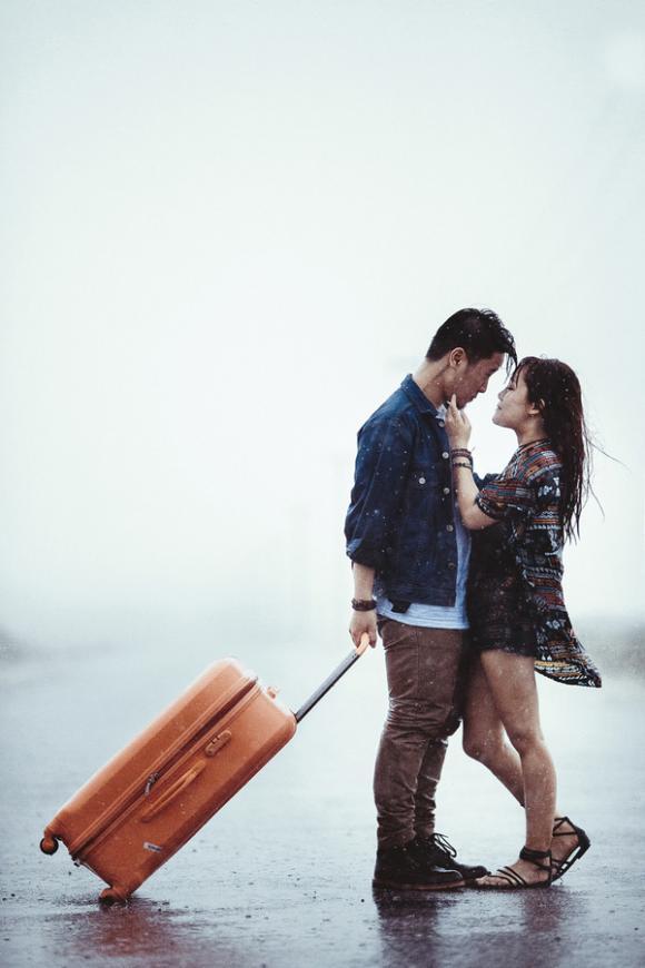 ảnh cưới, chụp ảnh cưới, chụp ảnh cưới dưới trời mưa bão, cặp đôi Hà Nội, ảnh cưới độc lạ, mưa bão, giới trẻ