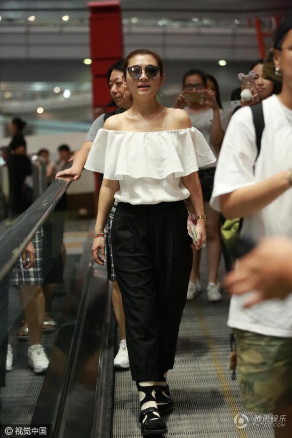 Selina, Selina sân bay, thời trang nhàu, Selina thời trang xấu, sao hoa ngữ