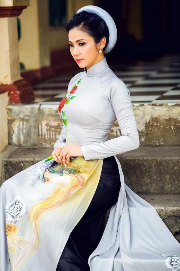 Sao Việt duyên dáng với áo dài khăn đống