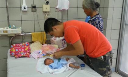 Mẹ ung thư phải ngồi mổ đẻ để con chào đời, từ chối điều trị ung thư để giữ con
