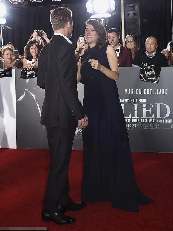 Brad Pitt vui vẻ bên người tình tin đồn trên thảm đỏ 4