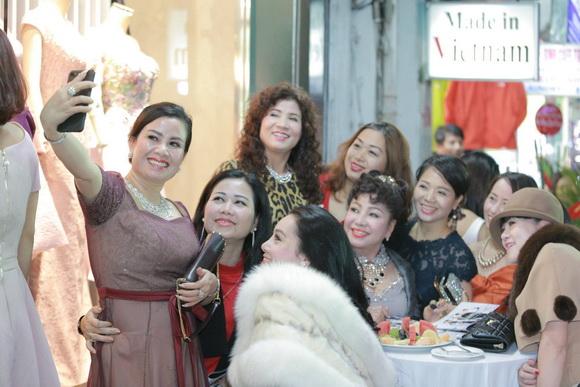 NTK Lê Hoàng Hải bán số lượng váy khủng trong ngày khai trương