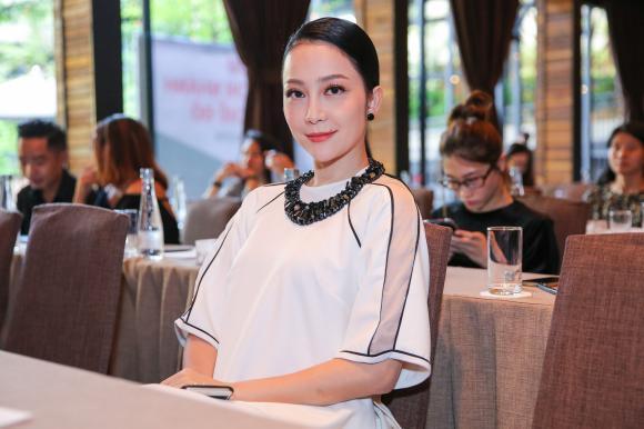 Linh Nga đọ sắc cùng ca nương Kiều Anh trong sự kiện