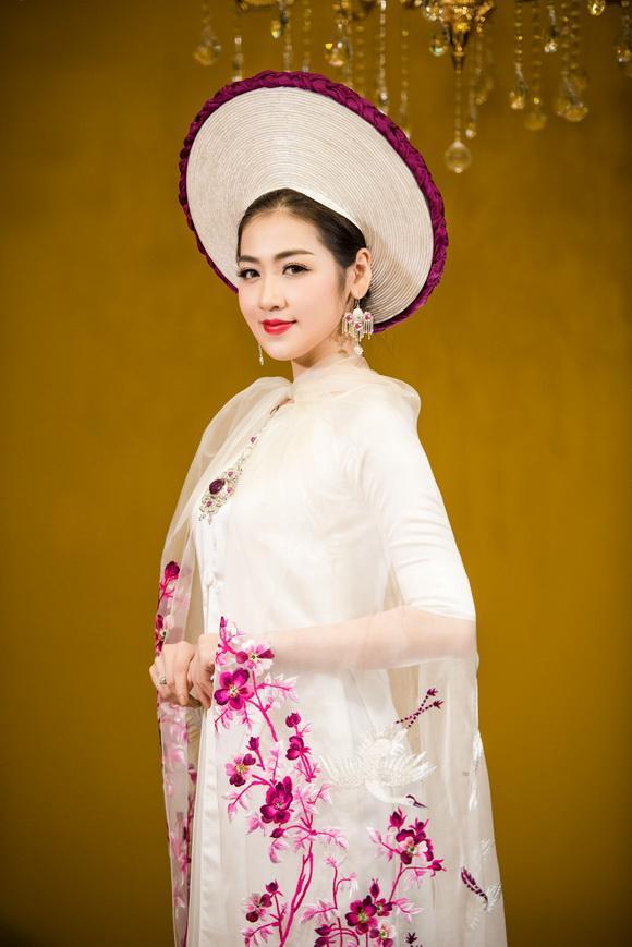 Á hậu Tú Anh làm nàng công chúa kiều diễm trong trang phục áo dài