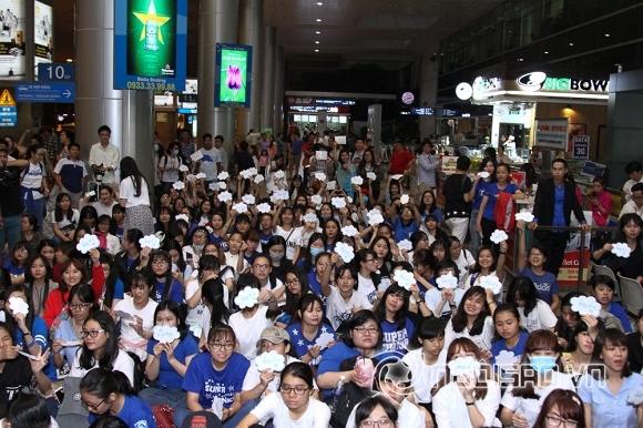 '. Yesung (Super Junior) bị fans Việt bao vây chật kín ở sân bay .'