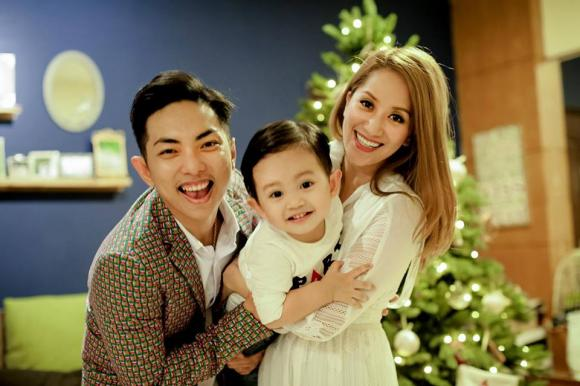 Con trai Khánh Thi rạng rỡ chụp ảnh Giáng sinh cùng bố mẹ
