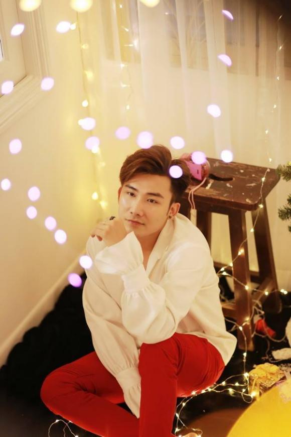 Ca sĩ Chí Thiện đẹp trai trong bộ hình Giáng sinh