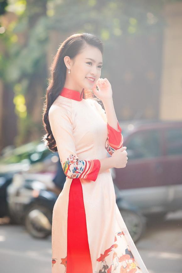 Người đẹp truyền thông Ngọc Vân rạng rỡ trong tà áo dài của Hoa hậu Ngọc Hân