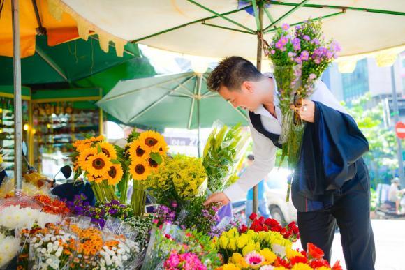 Đàm Vĩnh Hưng cưng nựng fan nhí giữa chợ