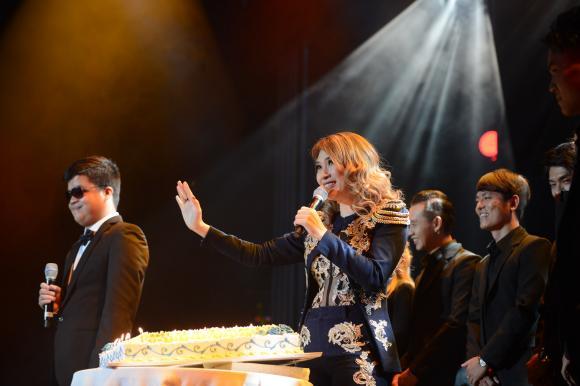 Mỹ Tâm gây xúc động khi song ca cùng chàng trai khiếm thị trong đêm nhạc mừng sinh nhật