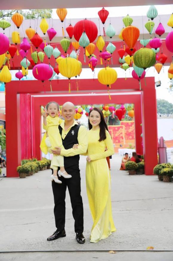 Ca sĩ Phan Đình Tùng cùng vợ con du xuân