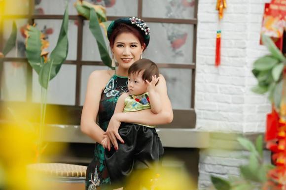 Mẹ con Trang Trần diện áo dài rạng rỡ ngày xuân