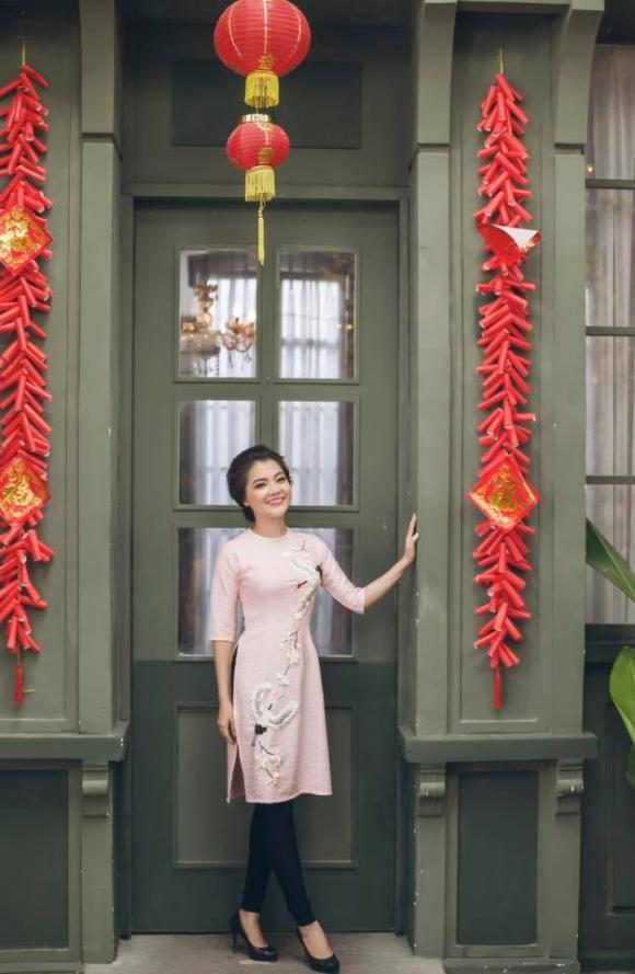 Ca sĩ Thanh Ngọc duyên dáng khi diện áo dài cách tân