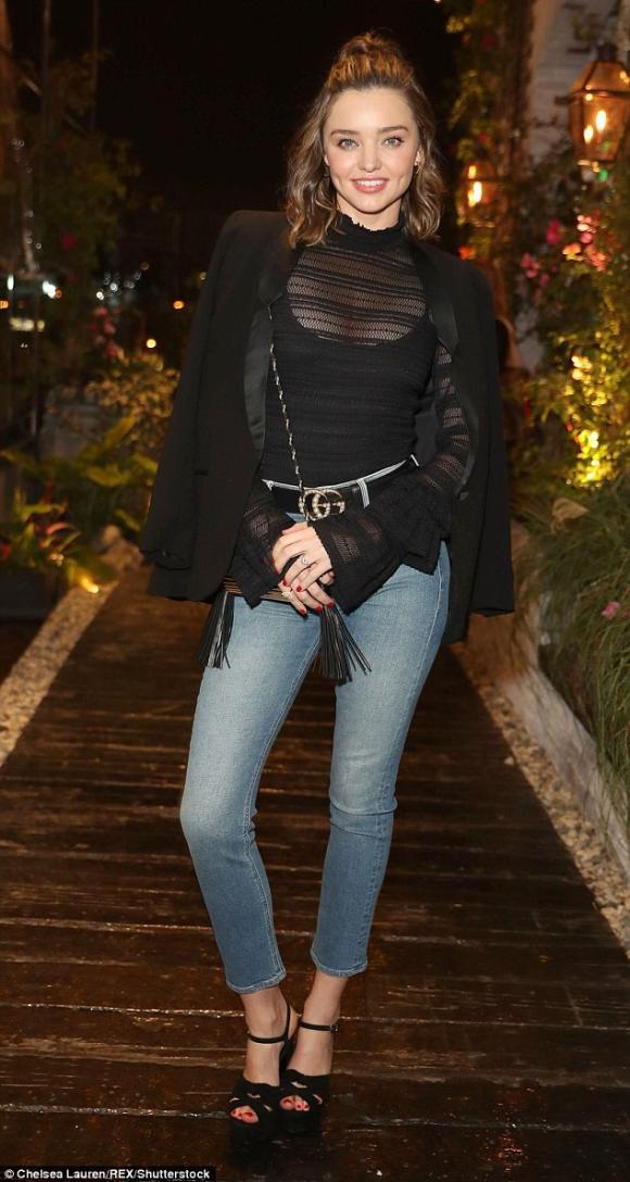 Miranda Kerr chất chơi với áo xuyên thấu kết hợp jeans sành điệu
