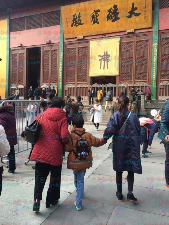 'Chúc Anh Đài' Đổng Khiết đưa con trai đi chùa cầu an dịp đầu năm