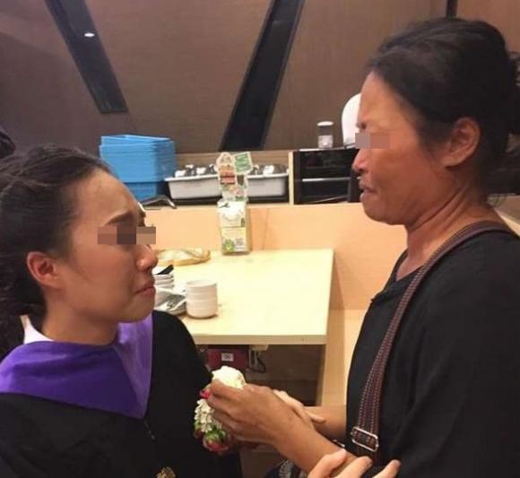 Mẹ nghèo không dám dự lễ tốt nghiệp vì sợ làm con mất mặt và câu trả lời của con gái khiến mọi người bật khóc