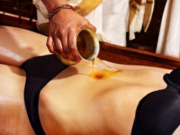 Nhỏ vài giọt dầu vào rốn, chữa bệnh hiệu quả hơn cả thuốc