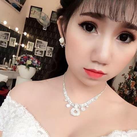 cô dâu vừa mặc váy cưới vừa cho con bú, Cô dâu trẻ, Có con rồi mới cưới
