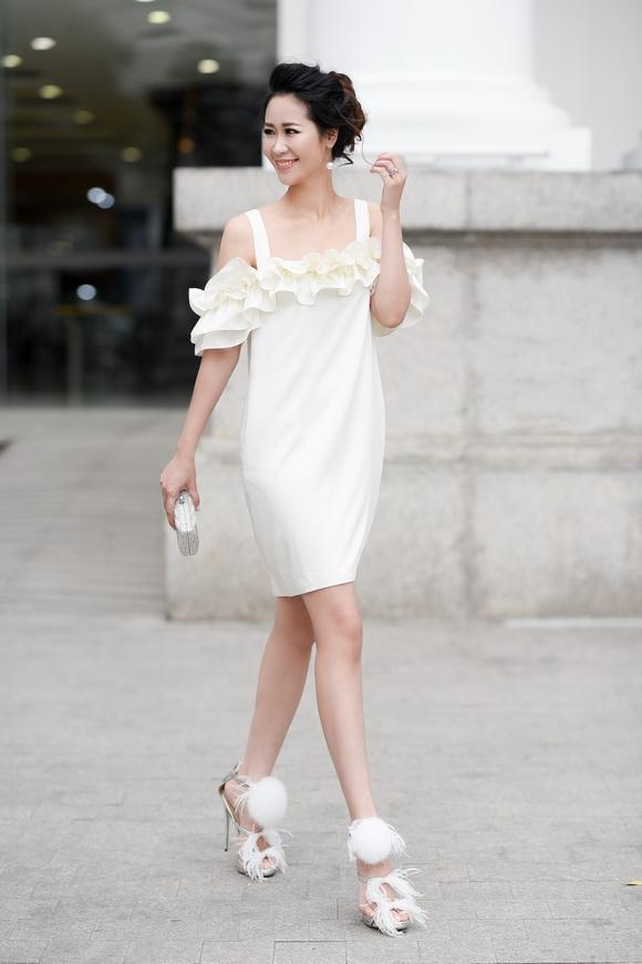 Hoa hậu Dương Thùy Linh đẹp mong manh trên phố