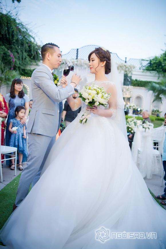 Những nụ hôn ngọt ngào và 'tan chảy' trong đám cưới hot girl Tú Linh