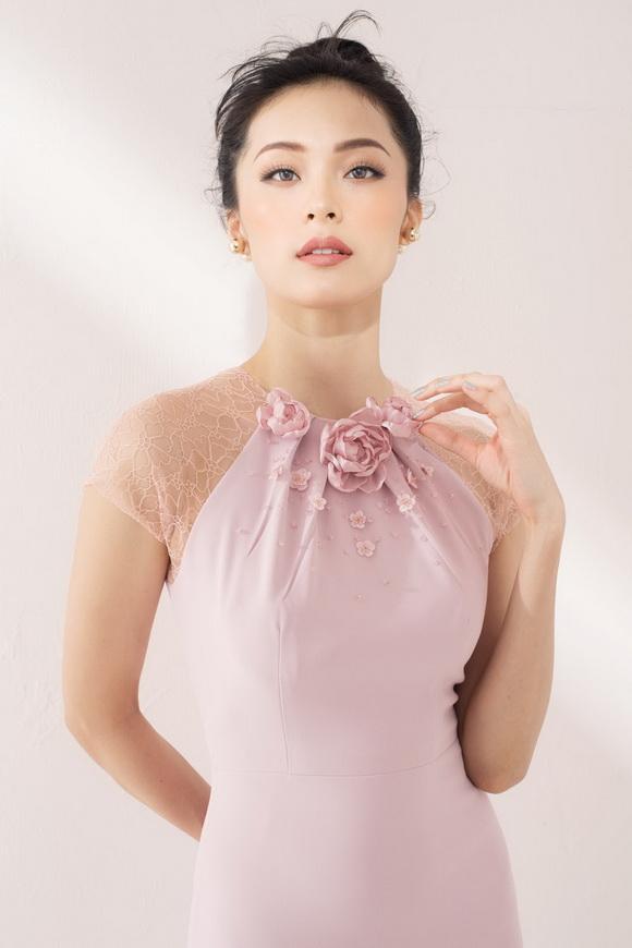 Hạ Vi 'gây thương nhớ' với loạt đầm ren hồng tao nhã
