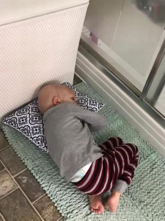 Nằm đợi mẹ, cậu bé bị ung thư vĩnh viễn ra đi trên tấm thảm nhà tắm