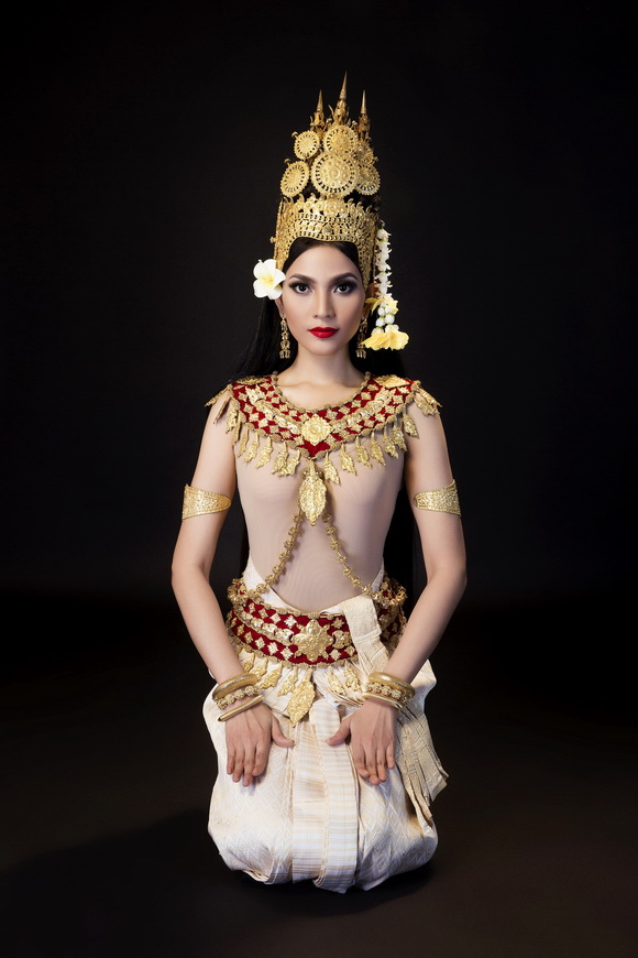 Trương Thị May mặc trang phục truyền thống nhảy điệu Apsara mừng tết Khmer