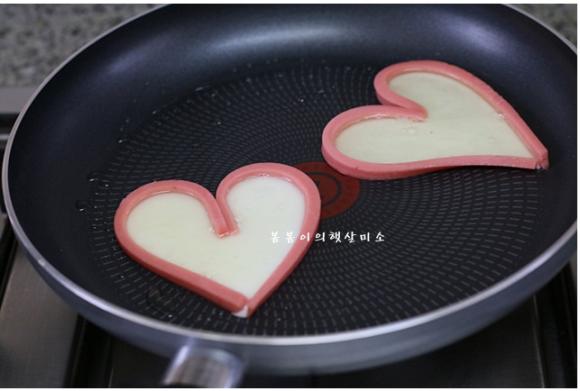 Cách làm món trứng ốp la hình trái tim đẹp mắt