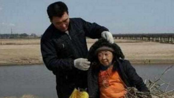 cụ bà 71 tuổi phẫu thuật thẩm mỹ, cụ bà 71 tuổi yêu trai trẻ 37 tuổi, cặp đôi đũa lệch, phẫu thuật thẩm mỹ