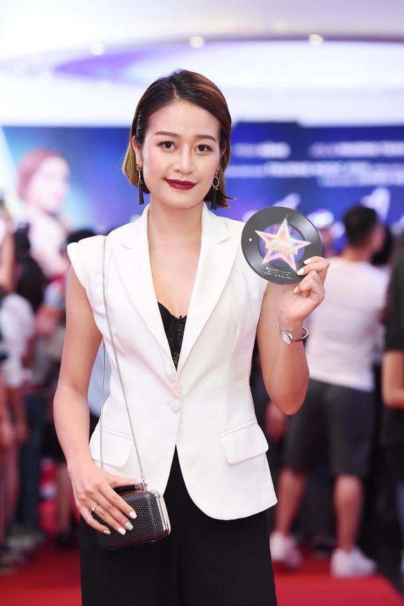 MinH Hằng gợi cảm tình tứ Rocker Nguyễn, Quế Vân trẻ đẹp hơn gái 18 công phá thảm đỏ