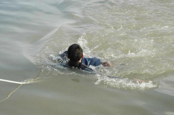 Người đàn ông nghèo nhảy xuống sông cứu đứa bé, cứu đứa bé chết đuối, mất số tiền duy nhất trong túi