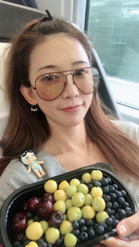 Bí quyết trẻ đẹp ở tuổi U50 của 'chân dài số 1 Đài Loan' với 1.000 miếng mặt nạ mỗi năm