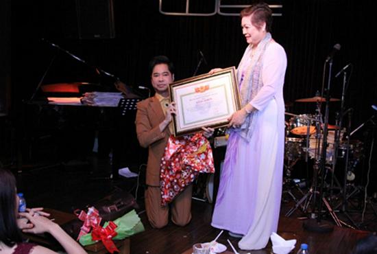 Ca sĩ ngọc sơn,ngọc sơn được phong giáo sư âm nhạc,ngọc sơn tự xưng giáo sư âm nhạc,chuyện làng sao,sao Việt