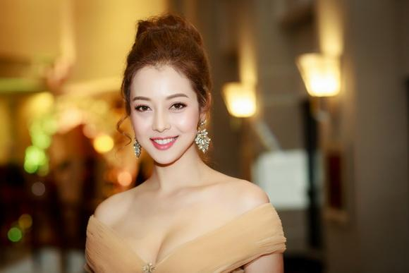 Hoa hậu jennifer phạm,hoa hậu châu á tại mỹ,jennifer phạm vai trần quyến rũ,thời trang sao,sao Việt
