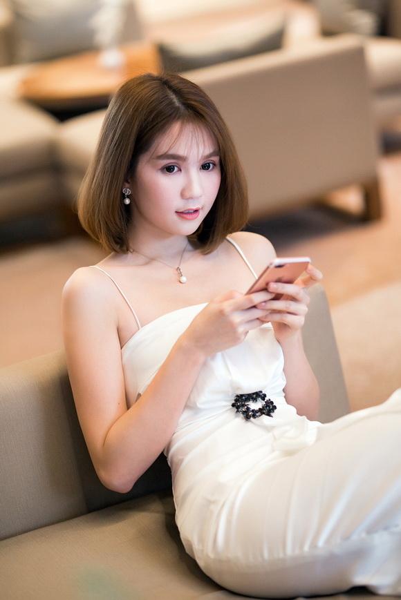 Ngọc Trinh 'đo dáng, khoe sắc' cùng Hoa hậu Áo dài Hoàng Dung