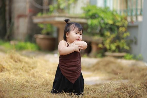 em bé, em bé mặc yếm, bộ ảnh đẹp cho bé, ảnh đẹp bé 1 tuổi, em bé mũm mĩm,ảnh đẹp
