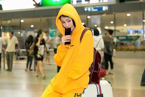 Quỳnh Châu diện cây đồ 'vàng chói', phong cách năng động tại sân bay