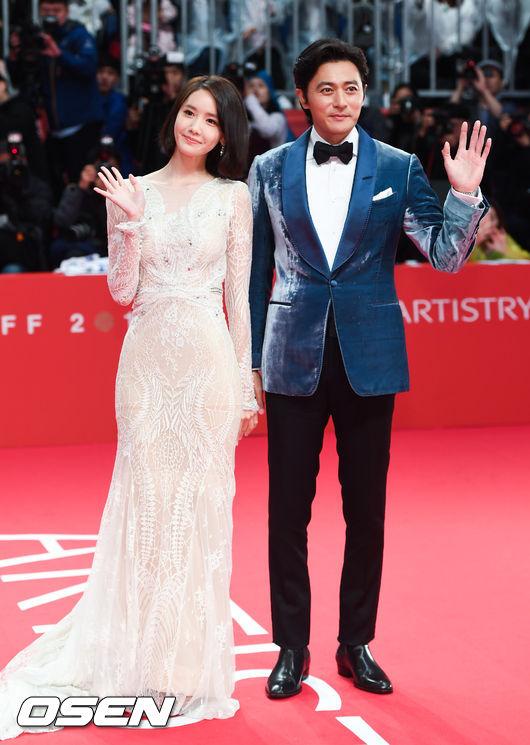 ,Yoona tươi tắn,ca sĩ Yoona SNSD,quý ông Jang Dong Gun,Tài tử Jang Dong Gun, thảm đỏ lhp quốc tế busan, sao Hàn, LHP Quốc tế Busan2017