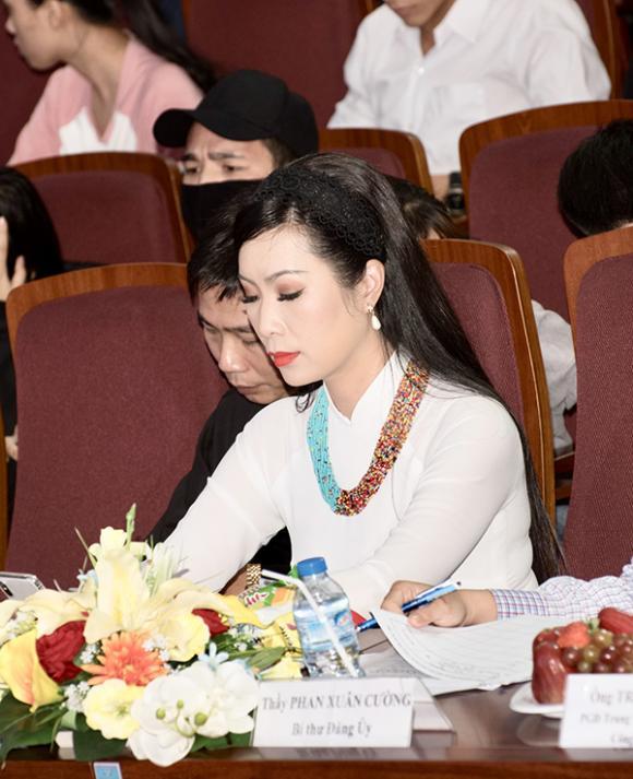 Trịnh Kim Chi mặc áo dài duyên dáng đi chấm thi
