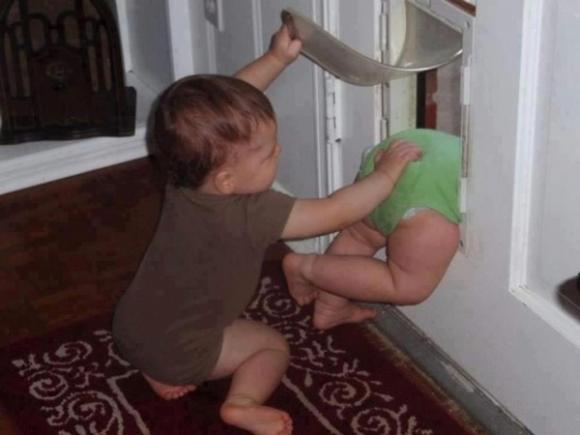 ảnh cười, ảnh hài trẻ em, bé ở nhà một mình