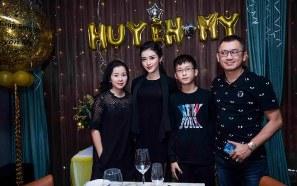 Á hậu Huyền My rạng rỡ đón sinh nhật bên gia đình và bạn bè