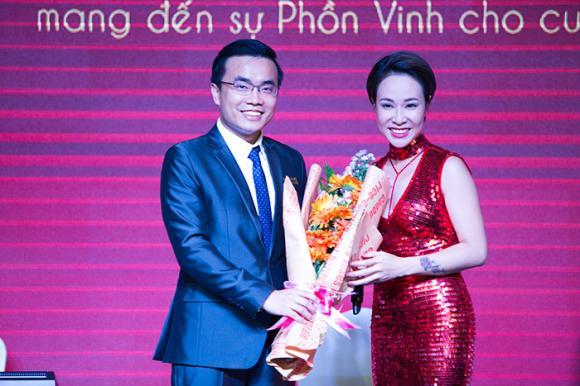 Hoa hậu Ngọc Diễm khoe vai trần đi sự kiện, Uyên Linh phiêu hết mình với chất giọng khủng