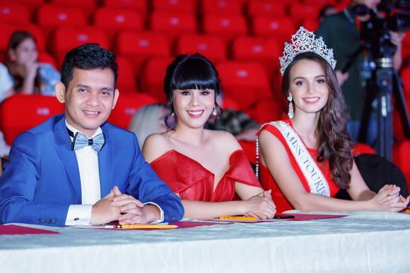 Hoa hậu Hằng Nguyễn rạng rỡ trao vương miện cho Hoa hậu Quý bà Guatemala