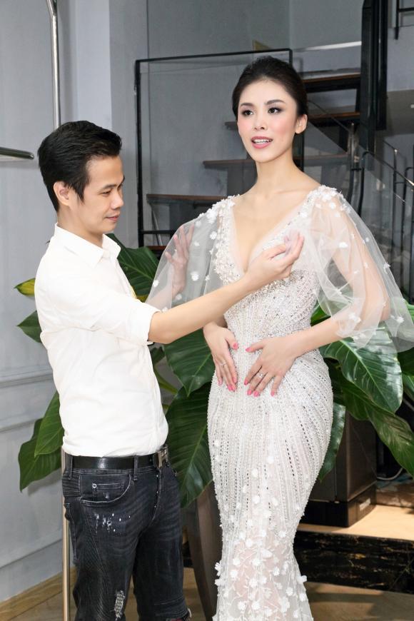 Hoa hậu Hoàn Vũ Riyo Mori bất ngờ trước vẻ đẹp trước những thiết kế của Hoàng Hải