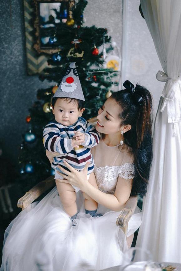 Con trai diễn viên Khánh Hiền đáng yêu trong bộ ảnh đón Giáng sinh