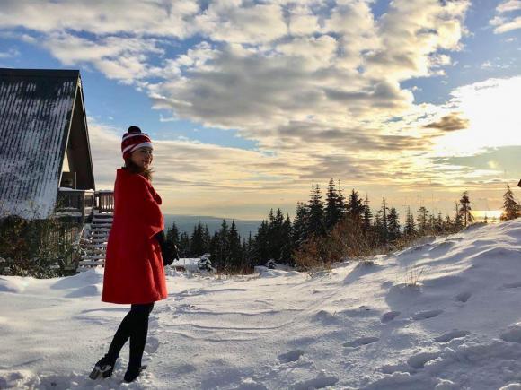 Ca sĩ Thanh Thảo xinh đẹp trước khung cảnh tuyết trắng xóa