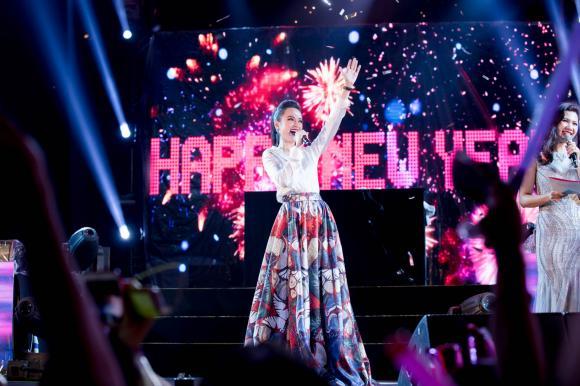 Sau màn đội tổ chim, Angela Phương Trinh bất ngờ diện trang phục kín đáo đón năm mới tại Đà Nẵng