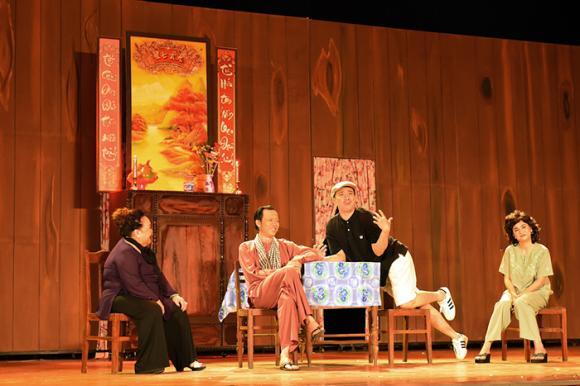 Hoài Linh gặp tai nạn trên sân khấu vẫn hết mình trong liveshow 'Sui gia đối mặt'