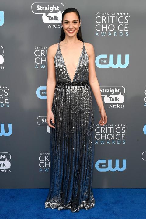 critics' choice awards 2018, angelina jolie đẹp lộng lẫy, angelina jolie như thiên nga trắng