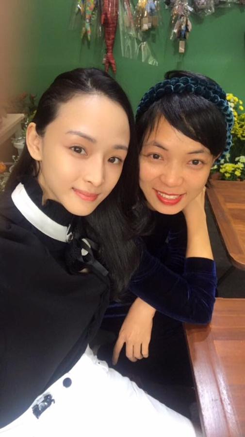 https://media.ngoisao.vn/resize_580/news/2018/01/15/hoa-hau-phuong-nga-hien-tai-4-ngoisao.vn-w505-h898.jpg